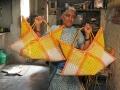 Les femmes du bidonville fabriquent des sacs en plastique tressés, Madras, INDE- 03/03/2008.