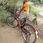 kavitha un vélo pour aller à l'école2